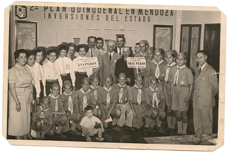 Integrantes de la Compañia de Boys Scout Gral, Peron que en 1955 cruzaron la cordillera de Los  Andes, saliendo de El Plumerillo el 18 de Enero, para llegar a la cuesta de Chacabuco el 12 de  Febrero, fecha en que se conmemora la Batalla de Chacabuco, la ruta seguida fue por Paramillos  para seguir hasta Uspallata, luego Las Cuevas, tunel de la cordillera y siguiendo la ruta en  Chile, para llegar a la Cuesta de Chacabuco.